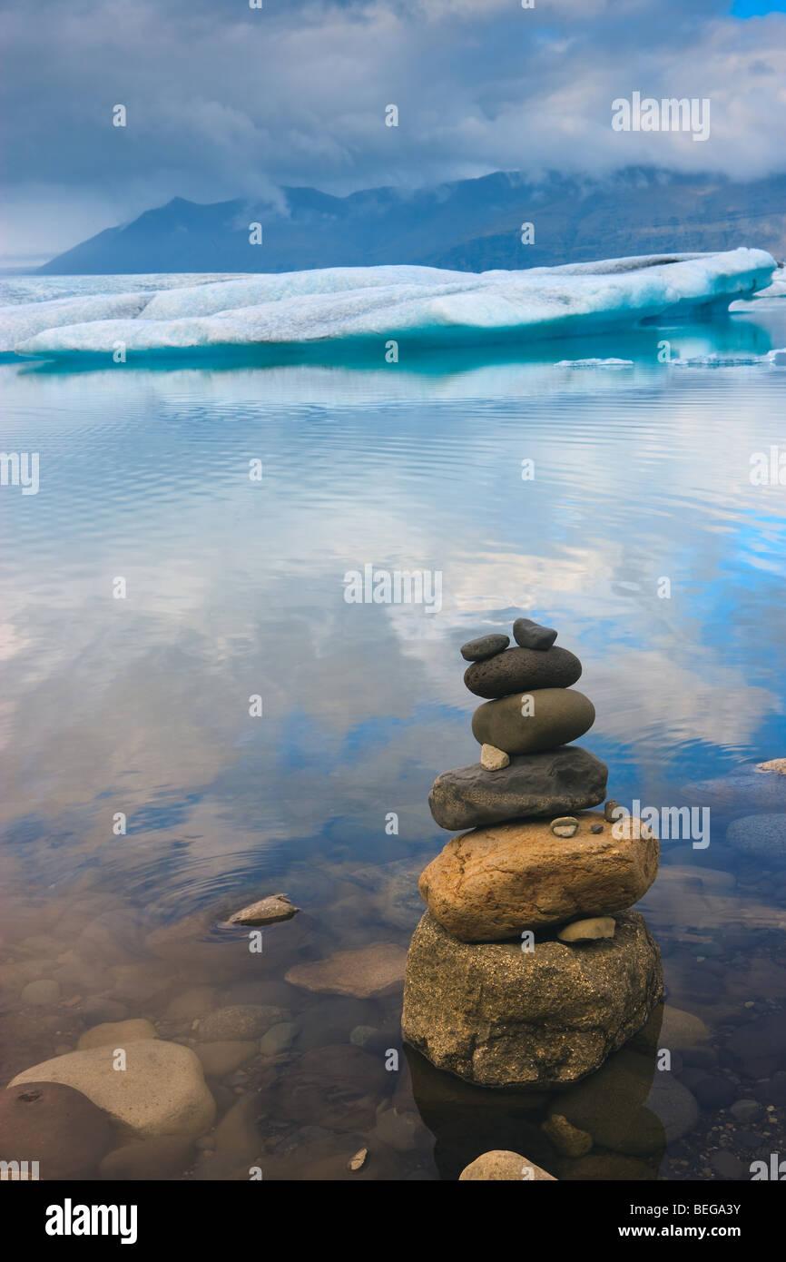 Amanecer en el lago glaciar Jokulsarlon, Islandia Imagen De Stock