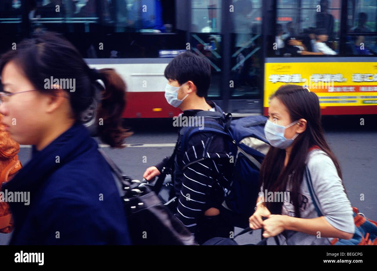 Pareja joven llevan máscaras para protegerse contra la grave contaminación del aire en Beijing, China. Imagen De Stock