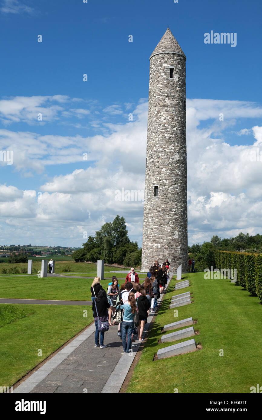 Isla de Irlanda en el Parque de la paz. Escolares en visita al memorial con torre conmemorando la Primera Guerra Foto de stock