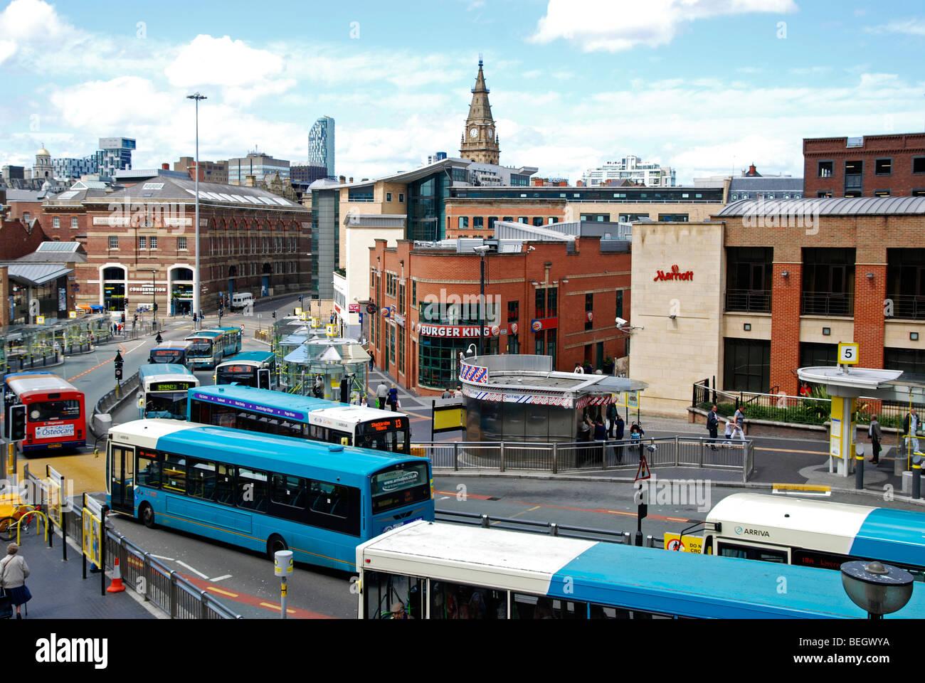 Los autobuses en el centro de la ciudad de Liverpool, Inglaterra, Reino Unido. Imagen De Stock