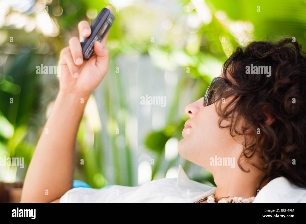 Close-up de un joven la mensajería de texto Foto de stock