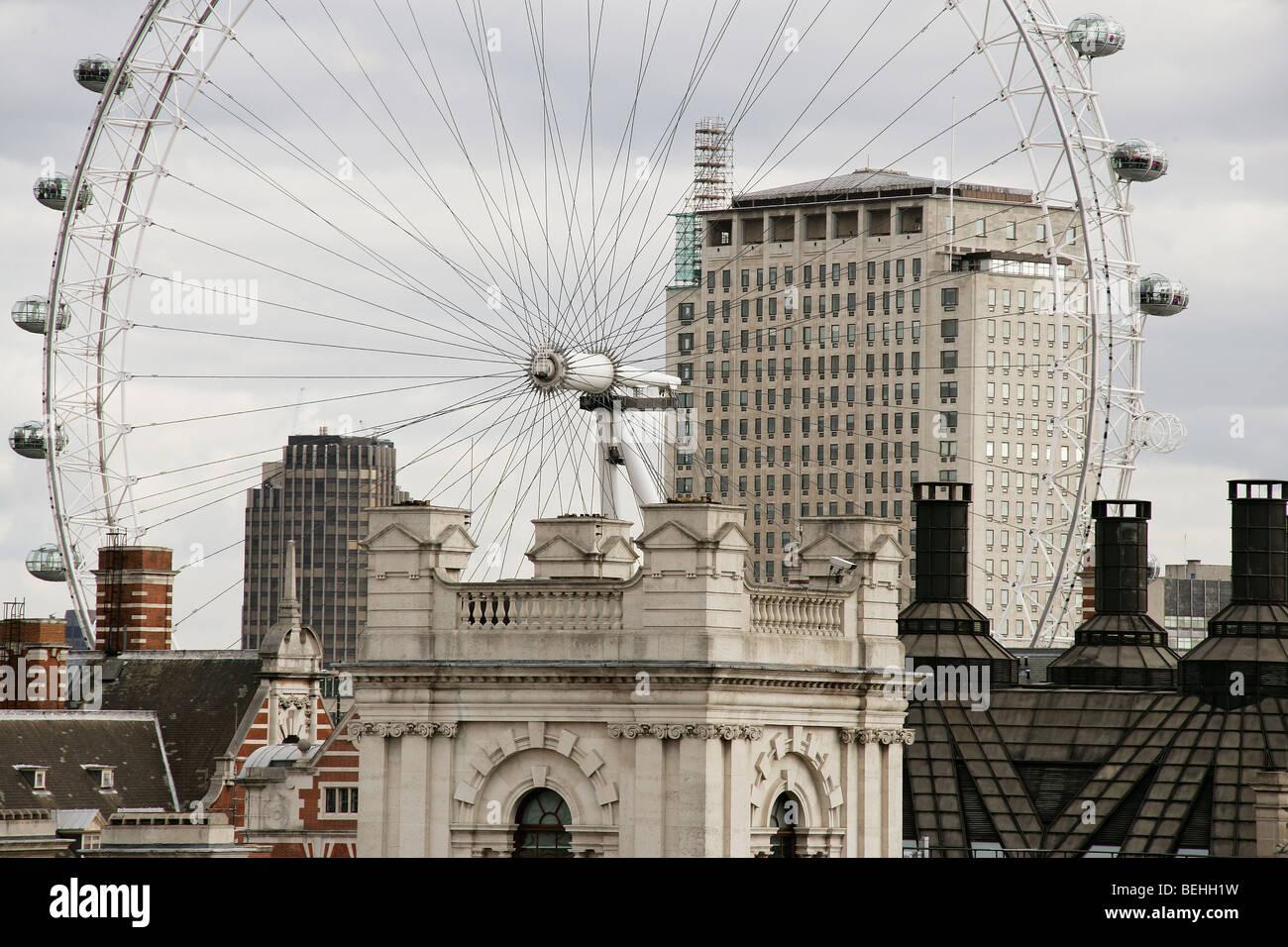 Terraza vistas de Londres, Inglaterra, Reino Unido teniendo en el London Eye, la rueda, el edificio shell y Portcullis House. Foto de stock