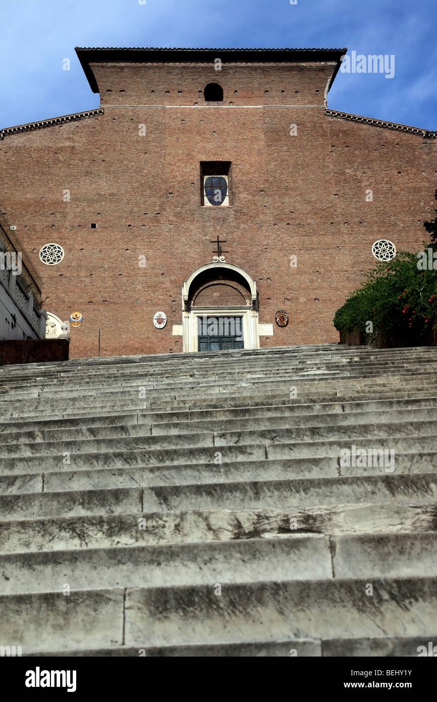 La escalera y la fachada de Santa Maria in Aracoeli en Roma Imagen De Stock