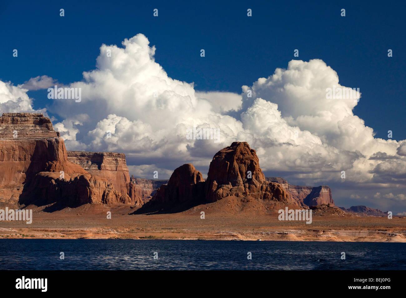 Red Rock buttes y nubes en las orillas del Lago Powell, Utah Imagen De Stock
