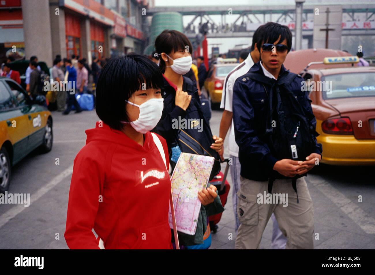 Una niña y una señora llevar máscara de protección contra la contaminación severa en Beijing, Imagen De Stock