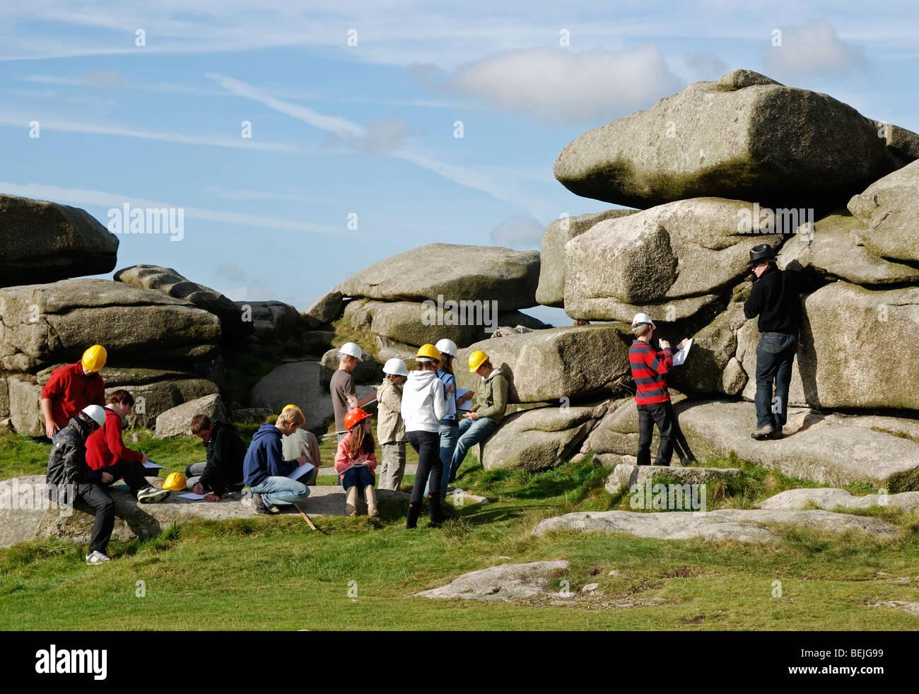 Los estudiantes en un viaje de campo de geología en el carn brea cerca de redruth en Cornualles, Reino Unido Imagen De Stock