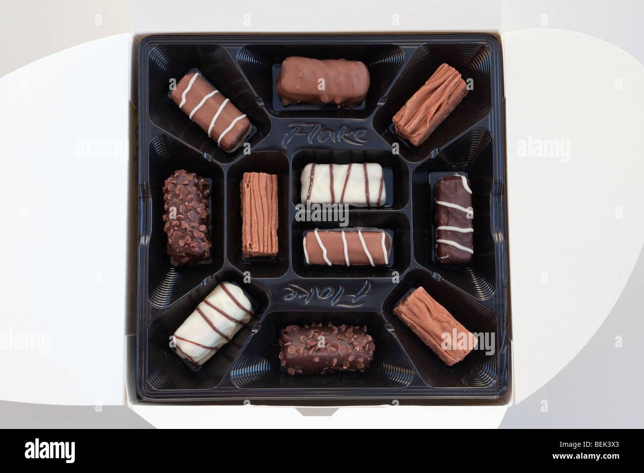 De arriba a abajo de una caja de chocolates Cadbury's Flake en envases de plástico moldeado desde arriba. Imagen De Stock