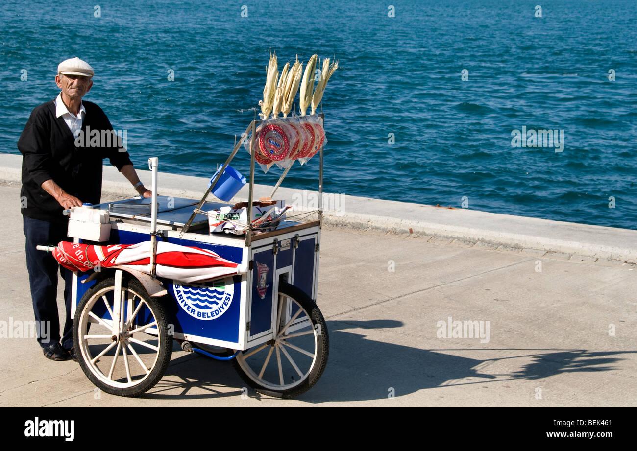 Cuerno de Oro waterfront Estambul corncob maíz maíz choclo Imagen De Stock