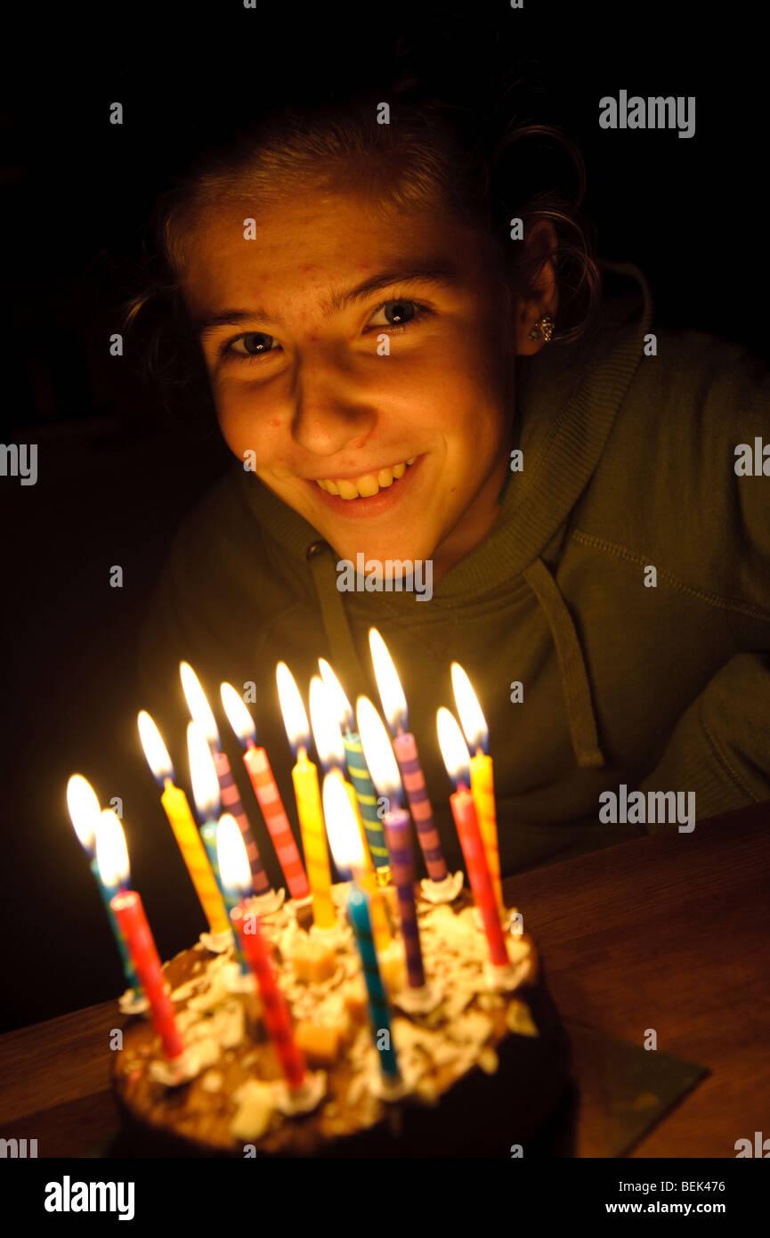 Quince años de edad adolescente galesa soplar las velas de su tarta de cumpleaños, REINO UNIDO Imagen De Stock