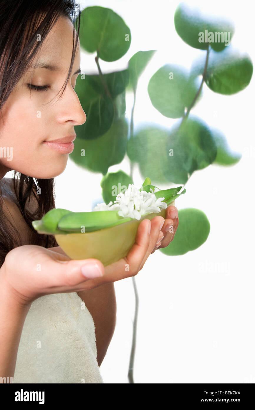 Mujer oler las flores Foto de stock