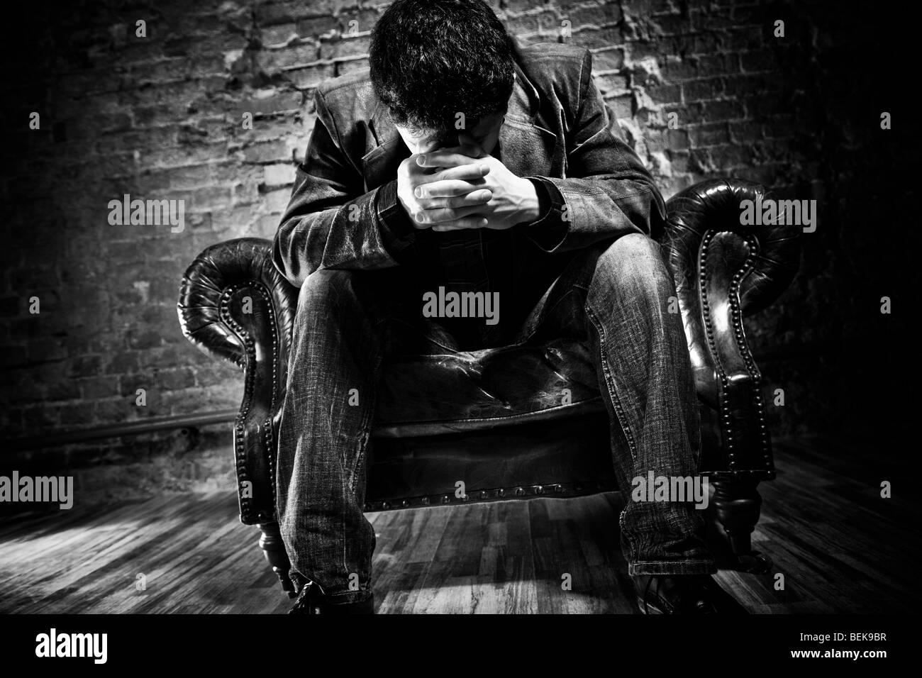 Hombre pensativo. Espectaculares colores oscuros. Imagen De Stock