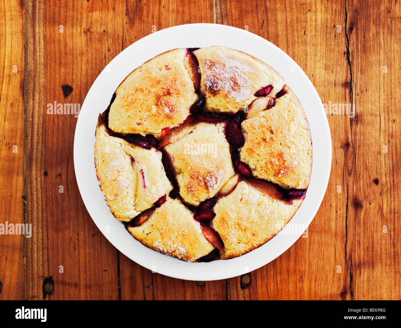 Pan austríaco Dumpling Con fruta sobre la mesa de madera rústicaFoto de stock