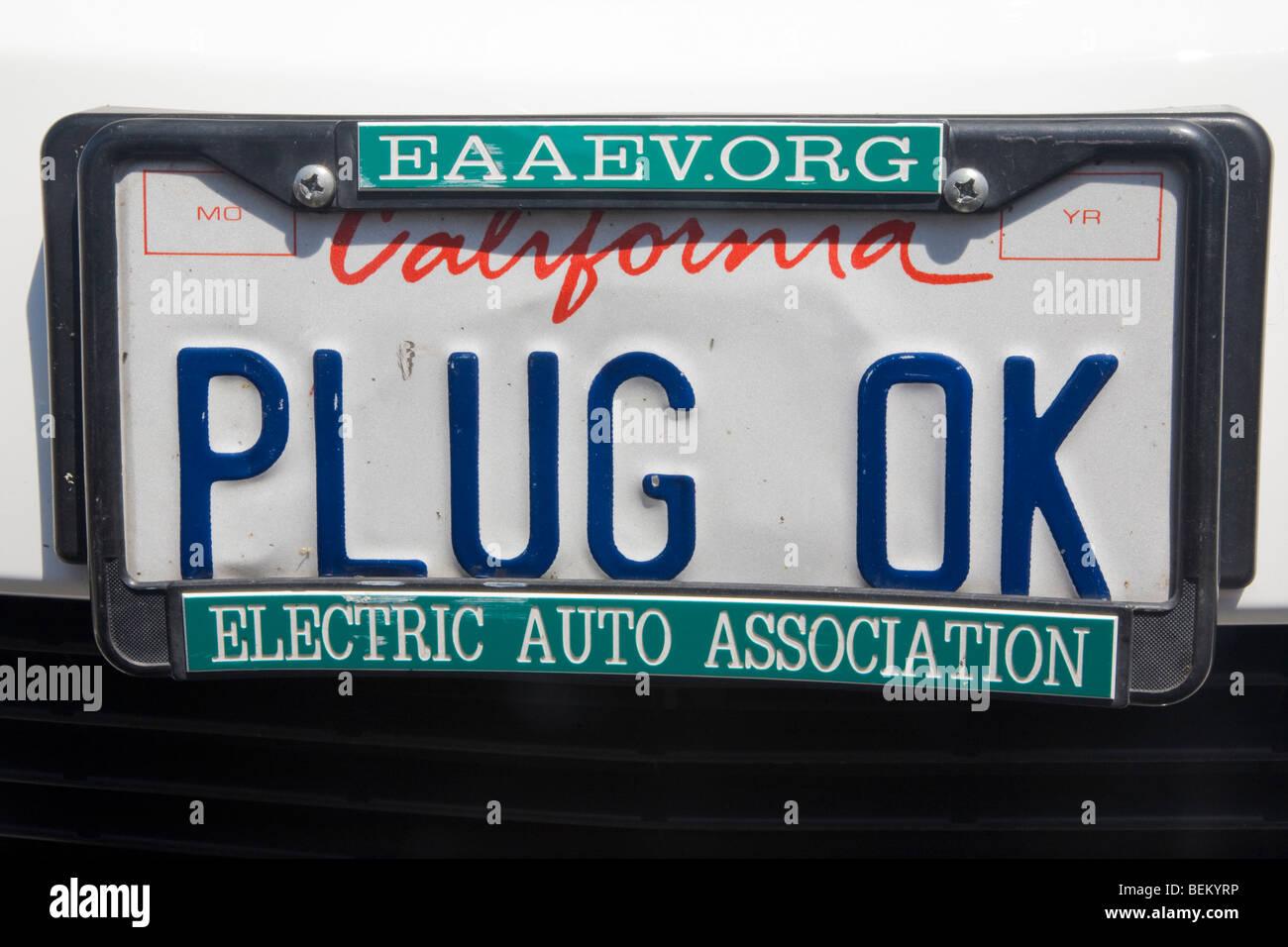 Primer plano de 'PLUG OK' en la matrícula de un Toyota Prius. Palo Alto, California, EE.UU. Imagen De Stock