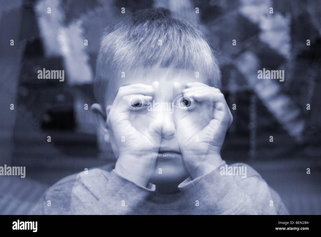 Lo imaginario infantil binoculares con manos en una exposición doble etéreo Imagen De Stock