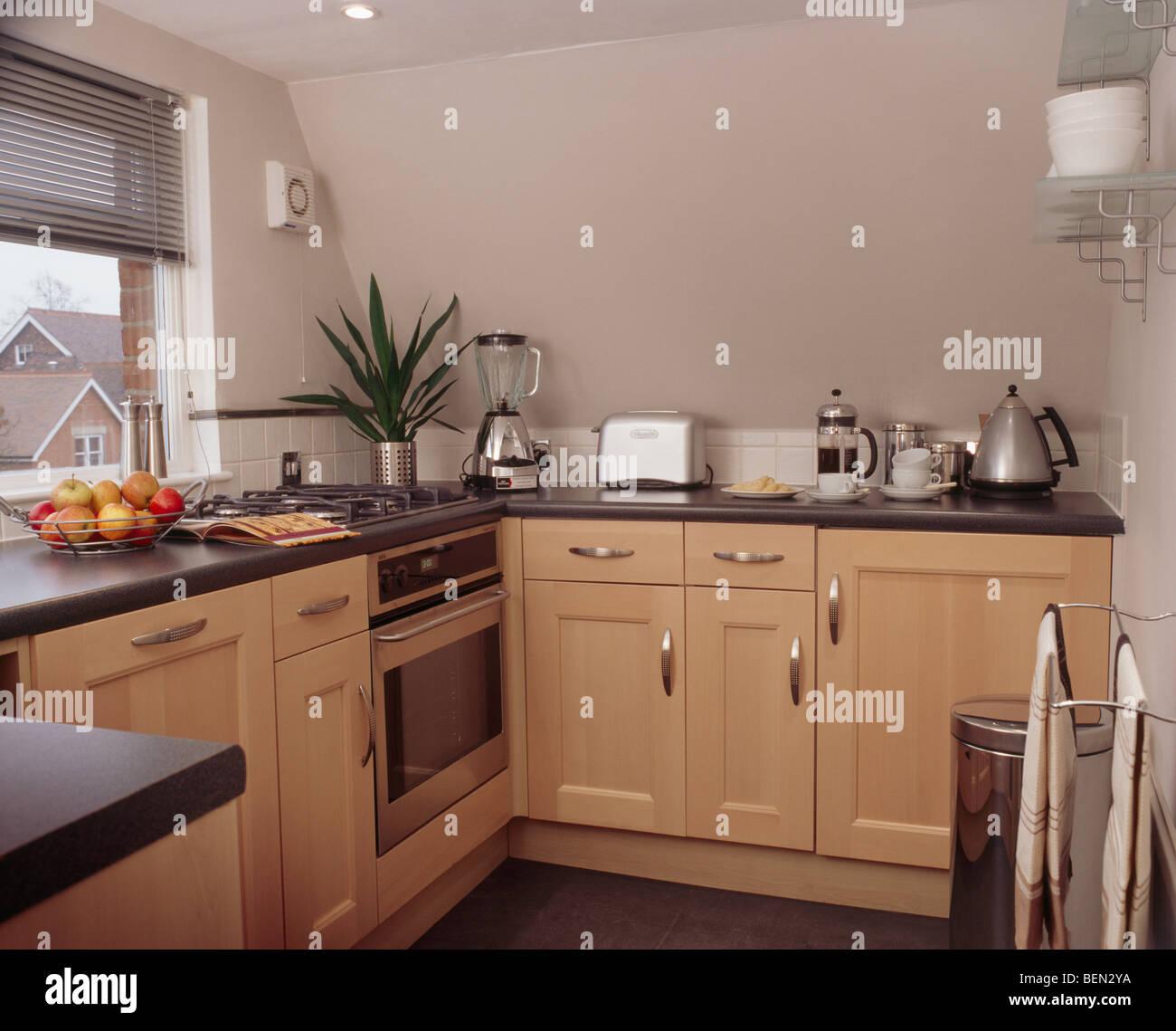 Madera pálida unidades montadas en un pequeño apartamento con cocina ...