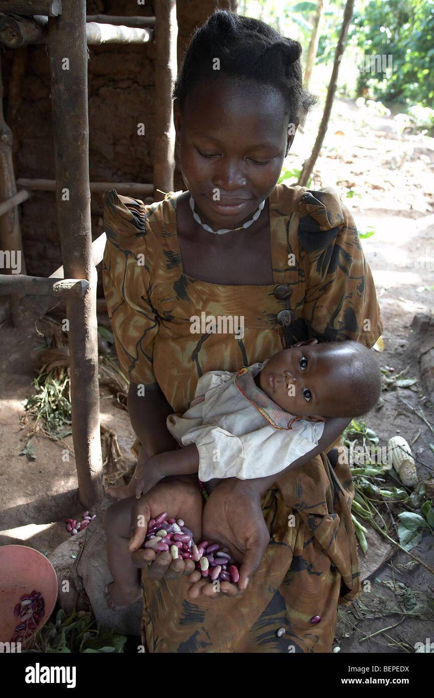 UGANDA, la madre y el bebé Imagen De Stock