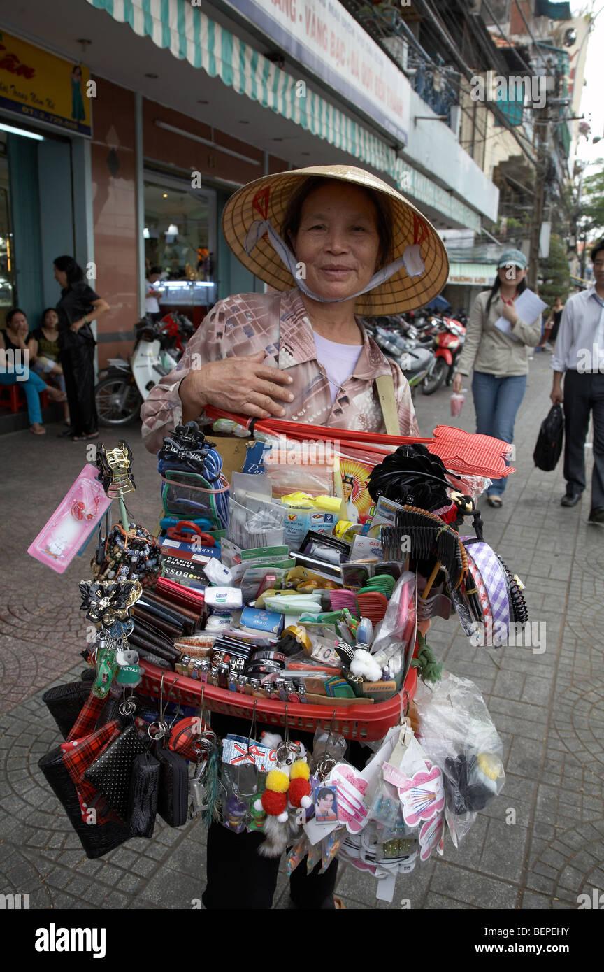 VIETNAM Saigón calle comerciante vende una gran variedad de artículos de uso  cotidiano.. fotografía ae97e58f98e