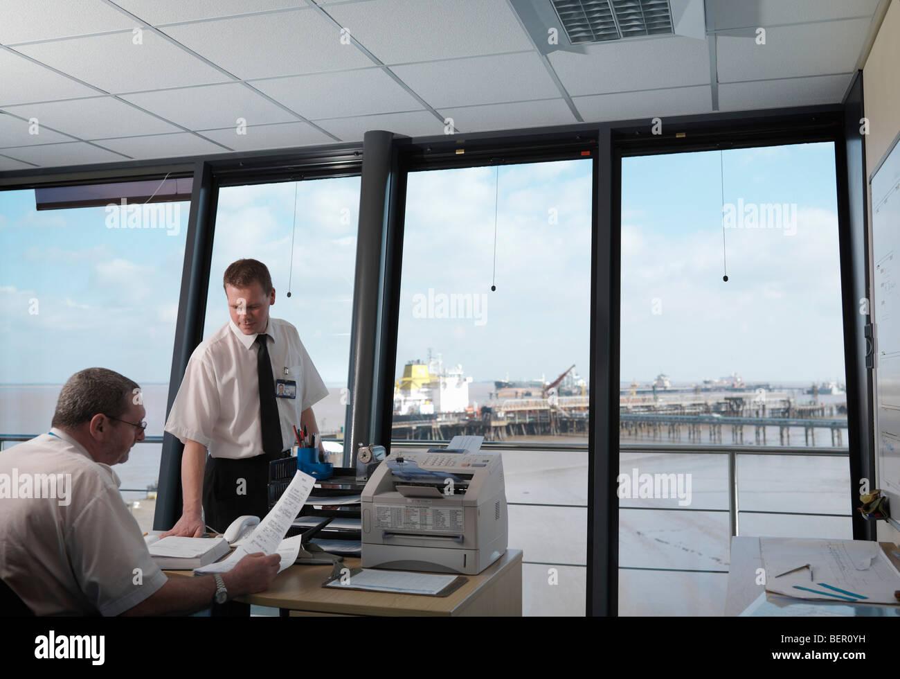 Los trabajadores portuarios en la torre de control Foto de stock