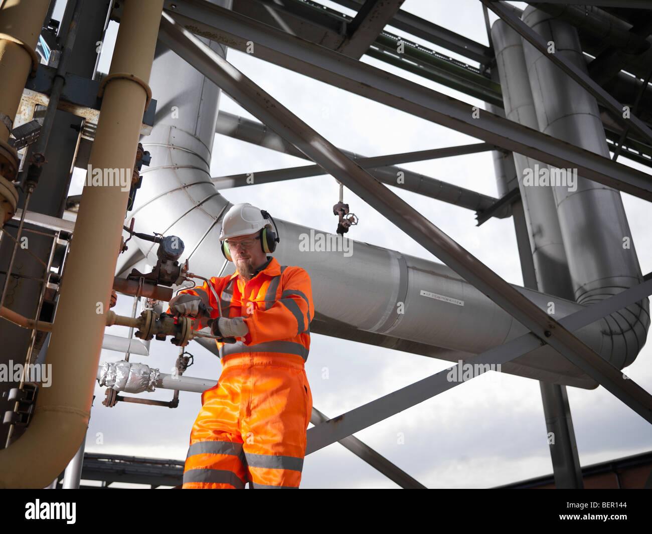 Los trabajadores portuarios en el entorno de la estación de potencia Imagen De Stock