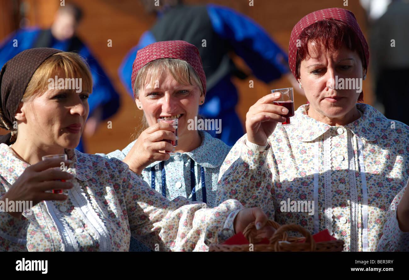 Las mujeres vestidas con el traje tradicional de la GyorHungary Imagen De Stock