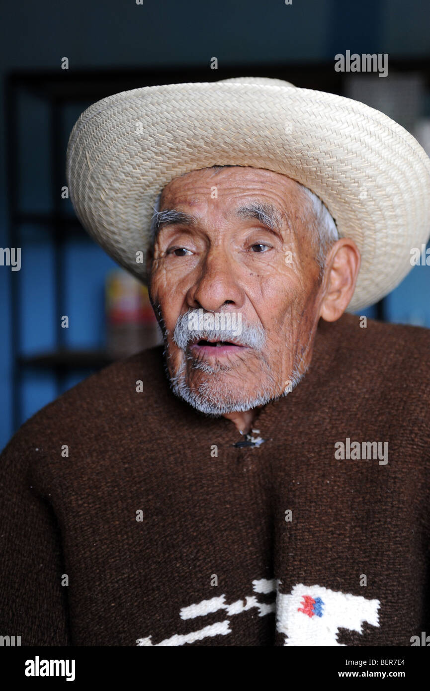 ... ecuatoriano tradicional de venta de sombreros de fieltro. KR6WPA (RF).  Los ancianos mexicanos vistiendo sombrero 9f63e9e3a33