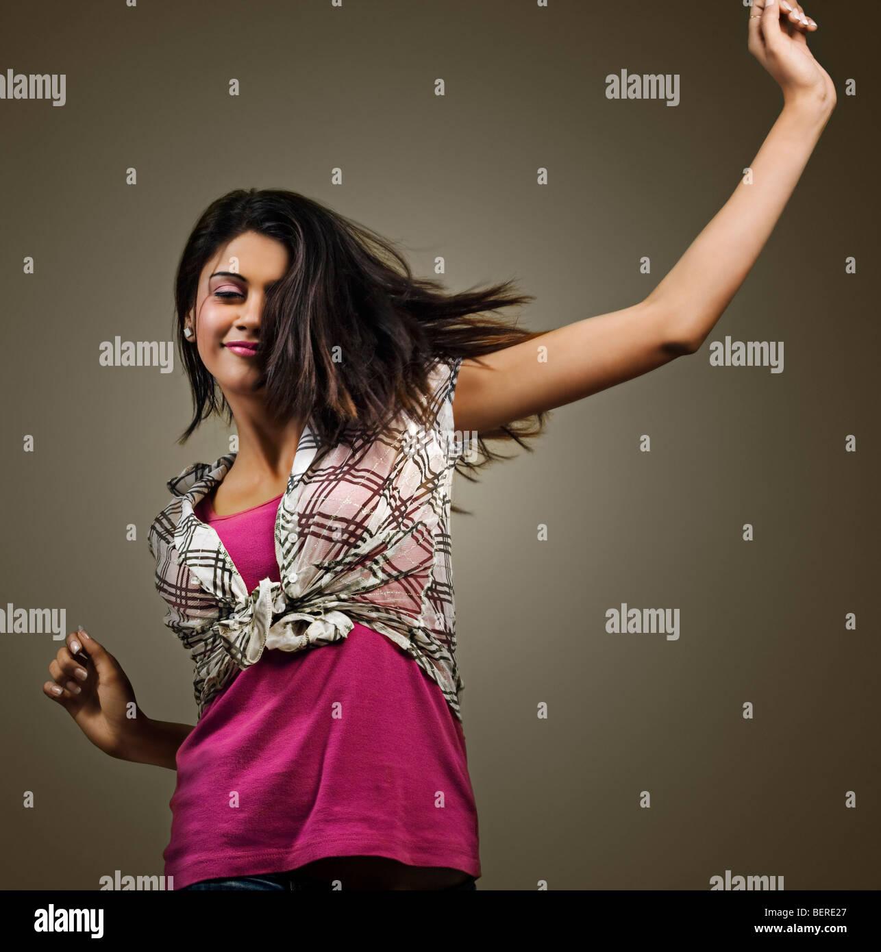 Mujer joven disfrutando de ella Imagen De Stock