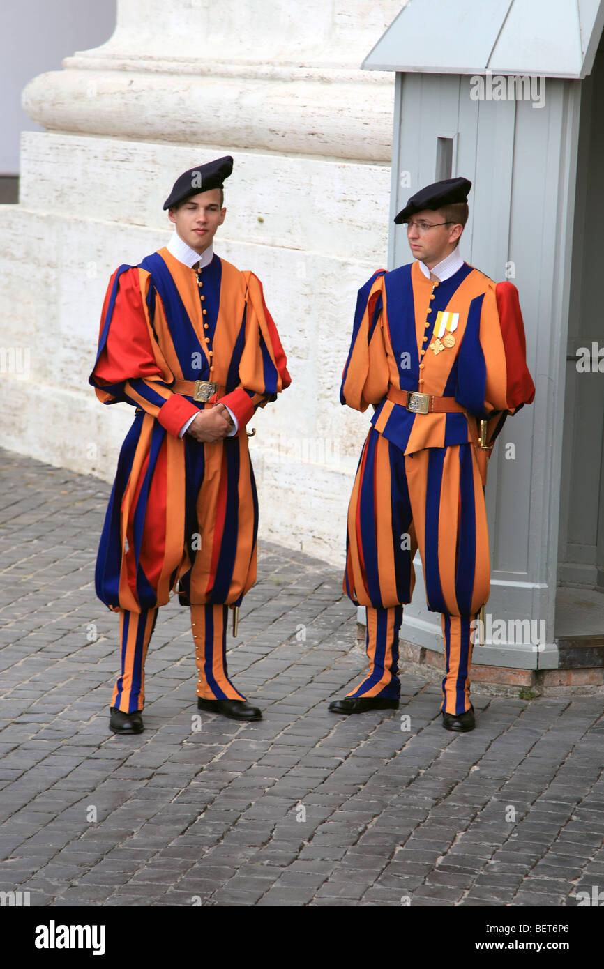 Dos miembros de la Guardia suiza en la Plaza de San Pedro en el Vaticano. Imagen De Stock