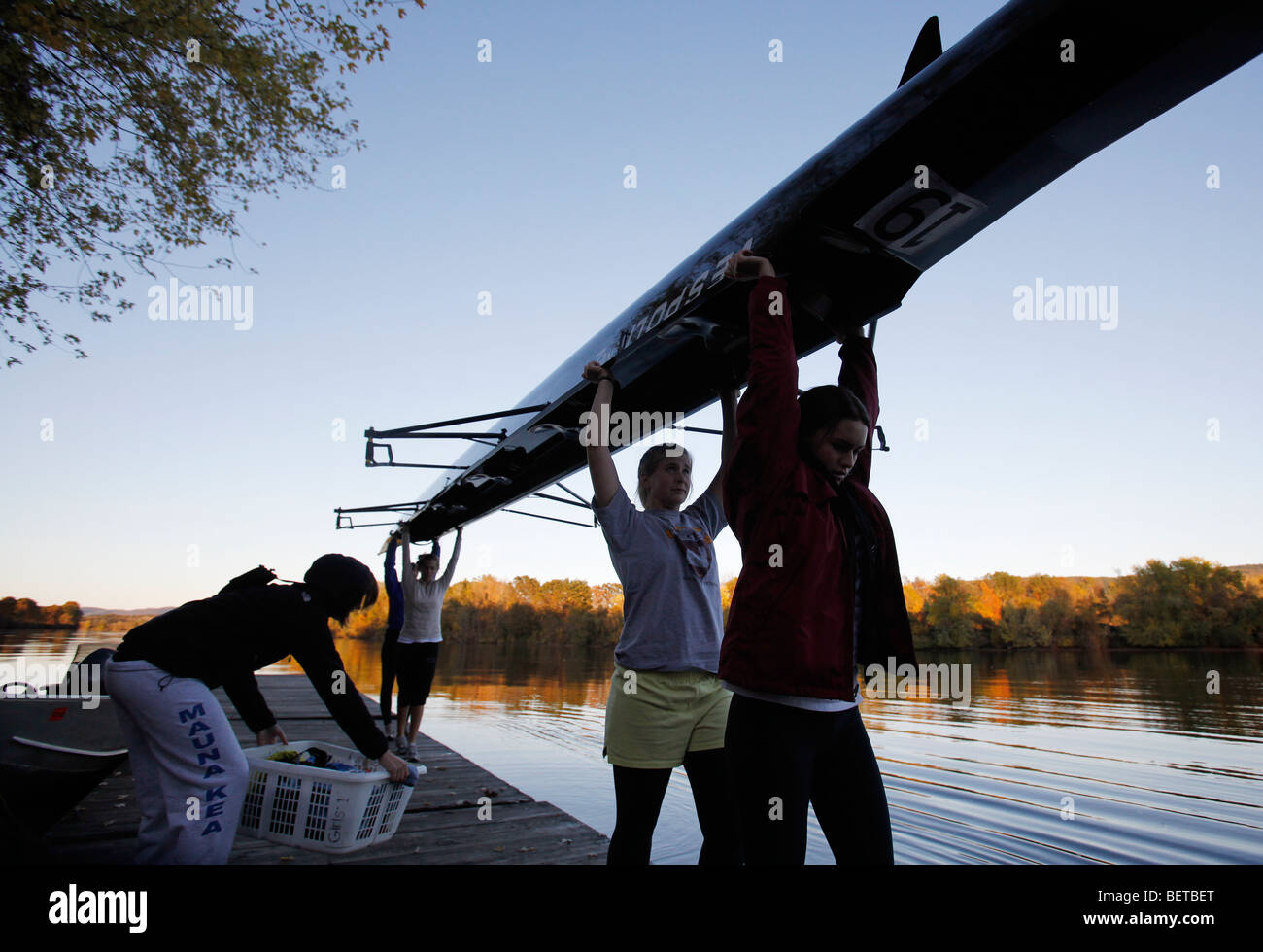 Chicas del colegio privado estadounidense del equipo de remo en el río Connecticut, Gill, Massachusetts Imagen De Stock