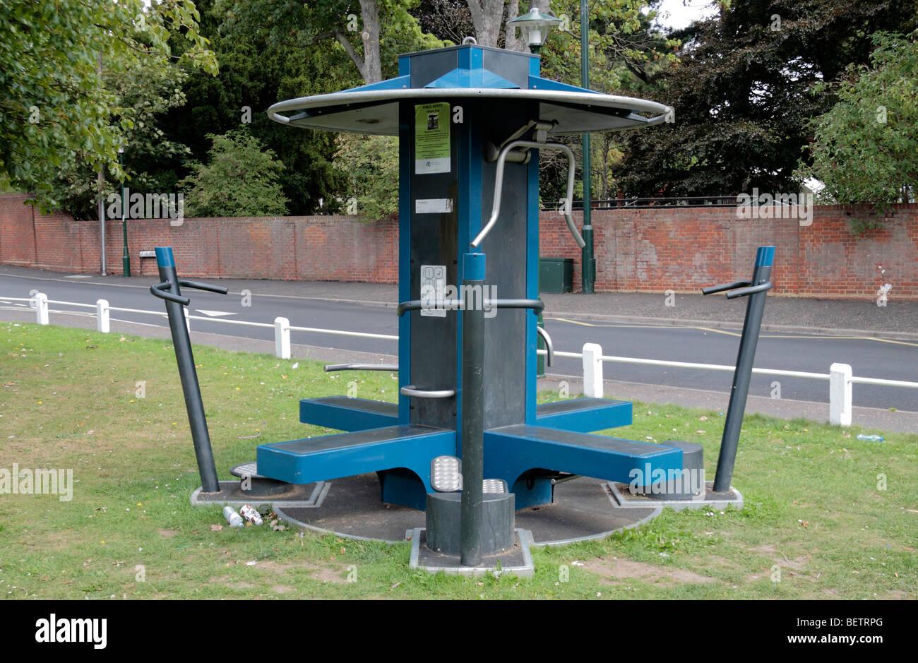 Una máquina de ejercicio al aire libre FitPoint experimental puesto en Ham Village Green Richmond, Reino Unido. Imagen De Stock