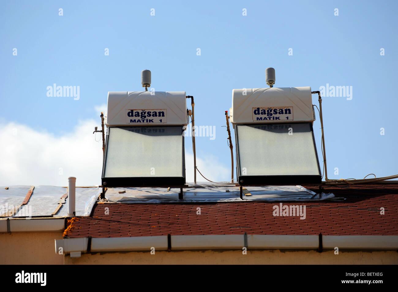 Dos calentadores de agua solares en el tejado de un chalet en Kalkan Imagen De Stock