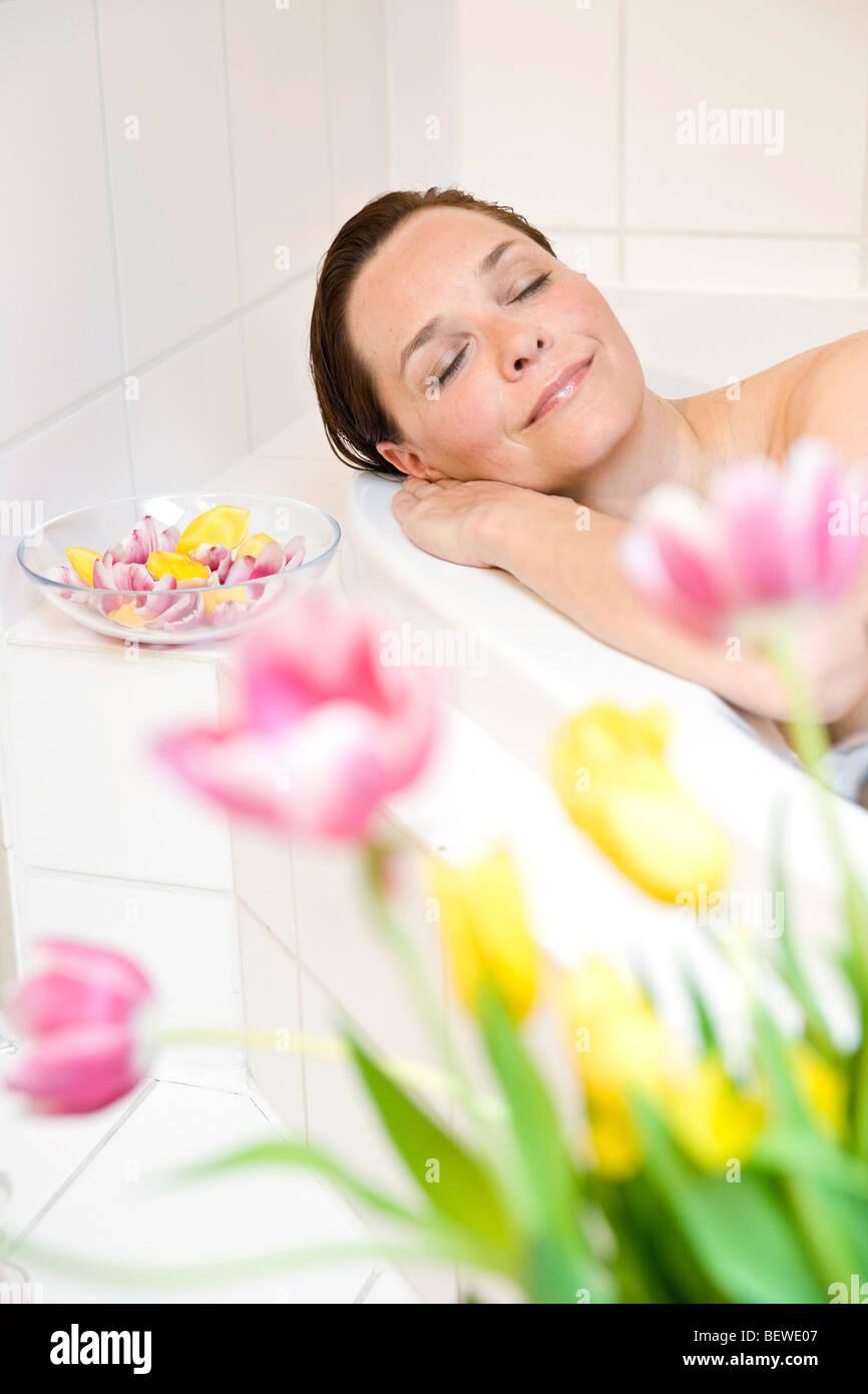 Mujer en una relajante bañera Imagen De Stock