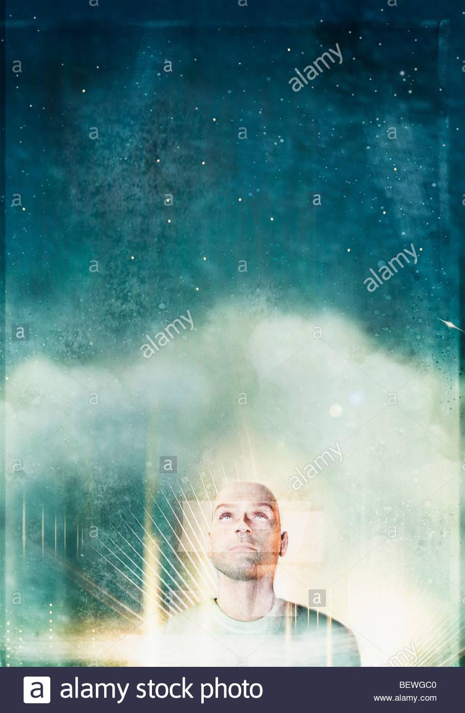 Hombre mirando el cielo nocturno Imagen De Stock
