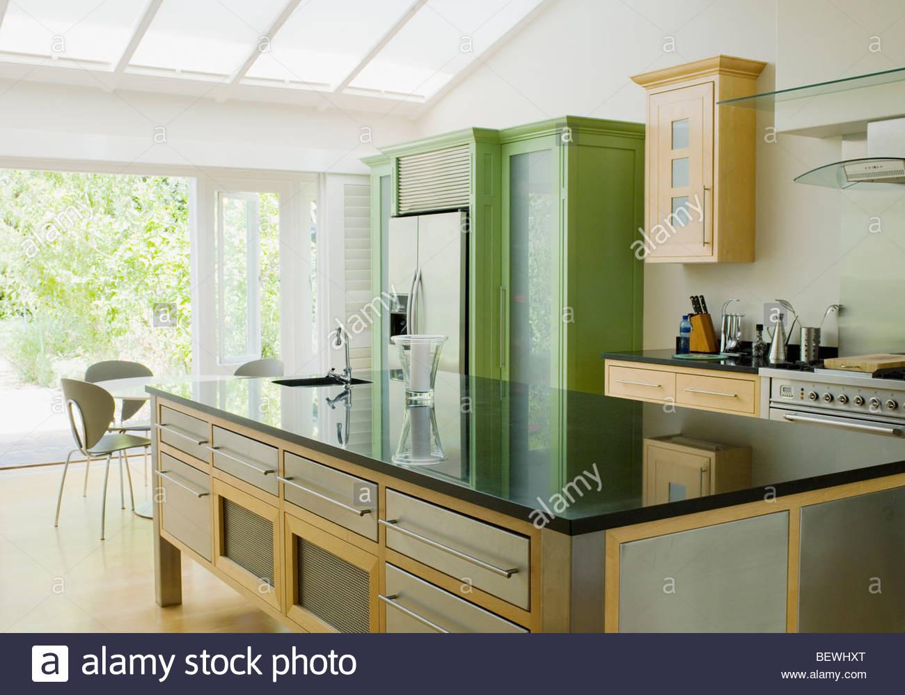 Modern Kitchen Island Imágenes De Stock   Modern Kitchen Island ... c8be75539bc7