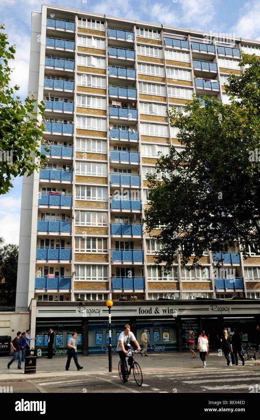 Apartamentos altos sobre tiendas en St John's Street Islington Finsbury con personas y ciclista en primer plano Londres England Reino Unido Foto de stock