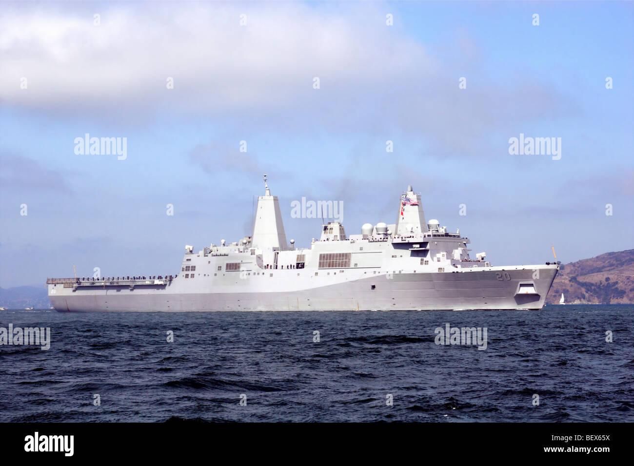 USS Green Bay (LPD-20), una clase de San Antonio transporte anfibio dock, entra en la Bahía de San Francisco durante la Semana de la flota de 2009 Foto de stock