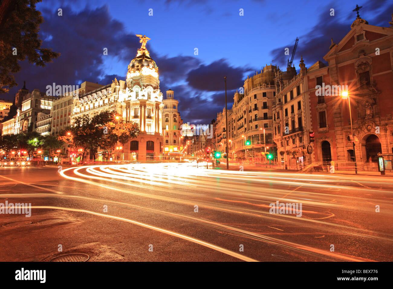 La calle Gran Via en Madrid, España en la noche Foto de stock