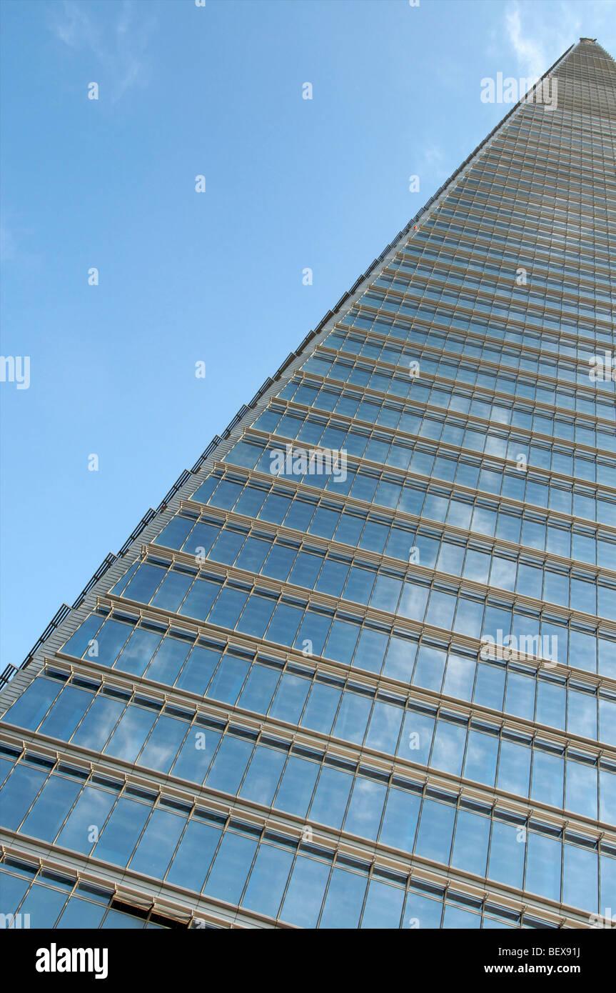 Nube reflejo en las ventanas de la torre NEAT en Songdo, Incheon, Corea Imagen De Stock