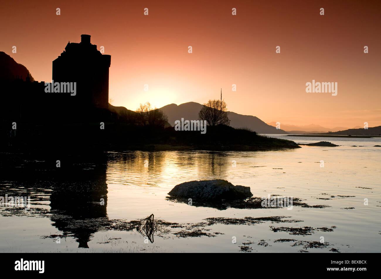 Luz del atardecer sobre loch Duich isla escocesa y el castillo de Eilean Donan en la región de tierras altas. Ocs 5428 Foto de stock