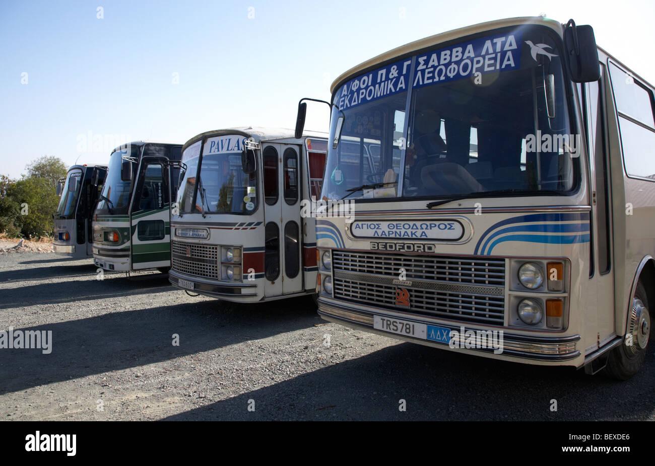 Fila de old bedford buses utilizados para servicios locales de pano lefkara República de Chipre Imagen De Stock