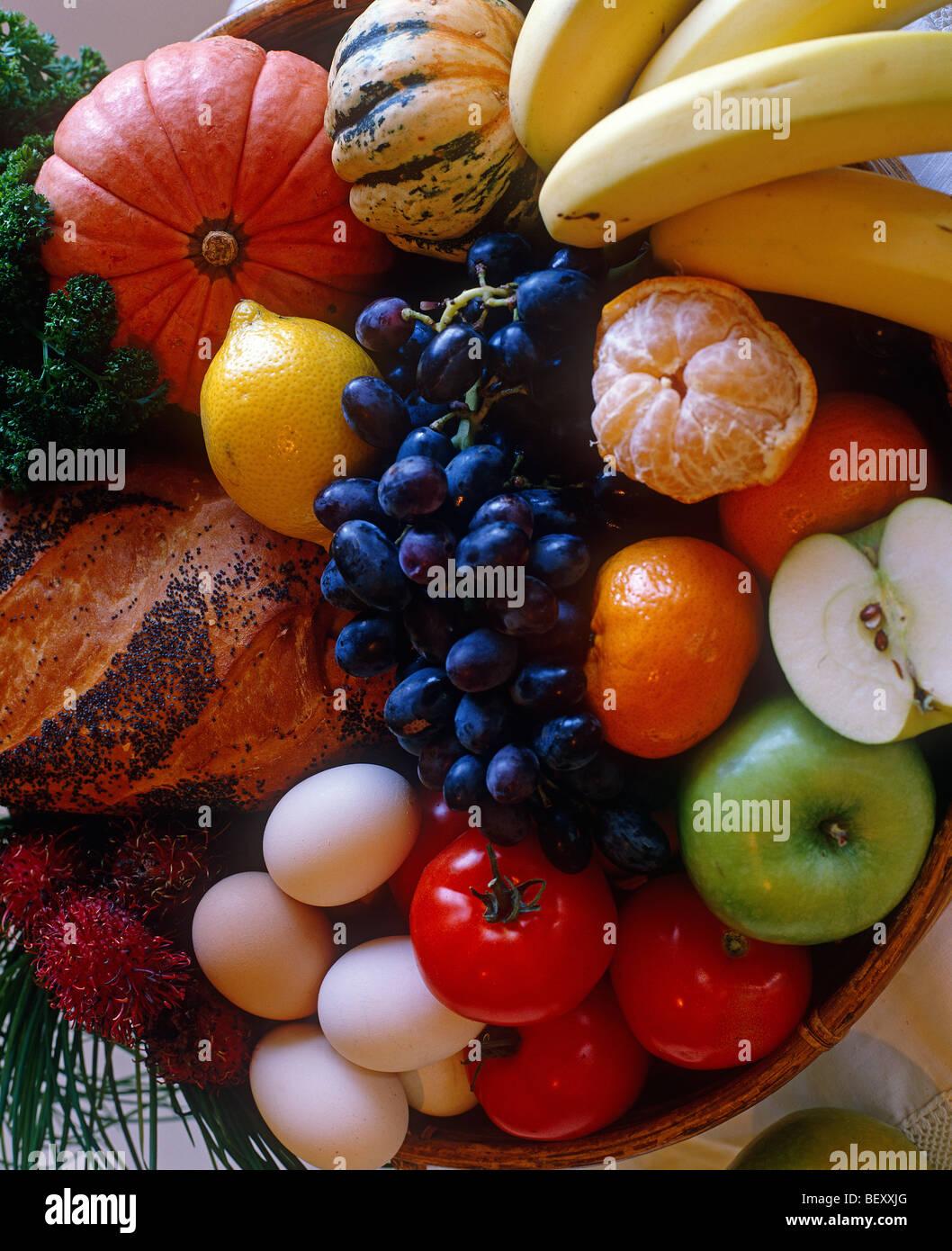 Los bodegones de frutas, huevos, calabazas Imagen De Stock