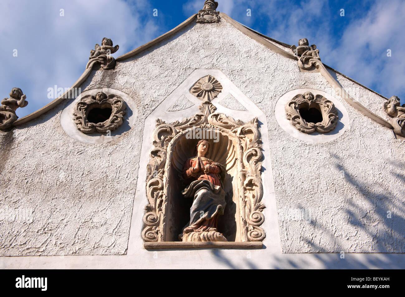 Las estatuas de los dos moros House (K t m r h z). Arquitectura barroco rústico - Sopron, Hungría Imagen De Stock