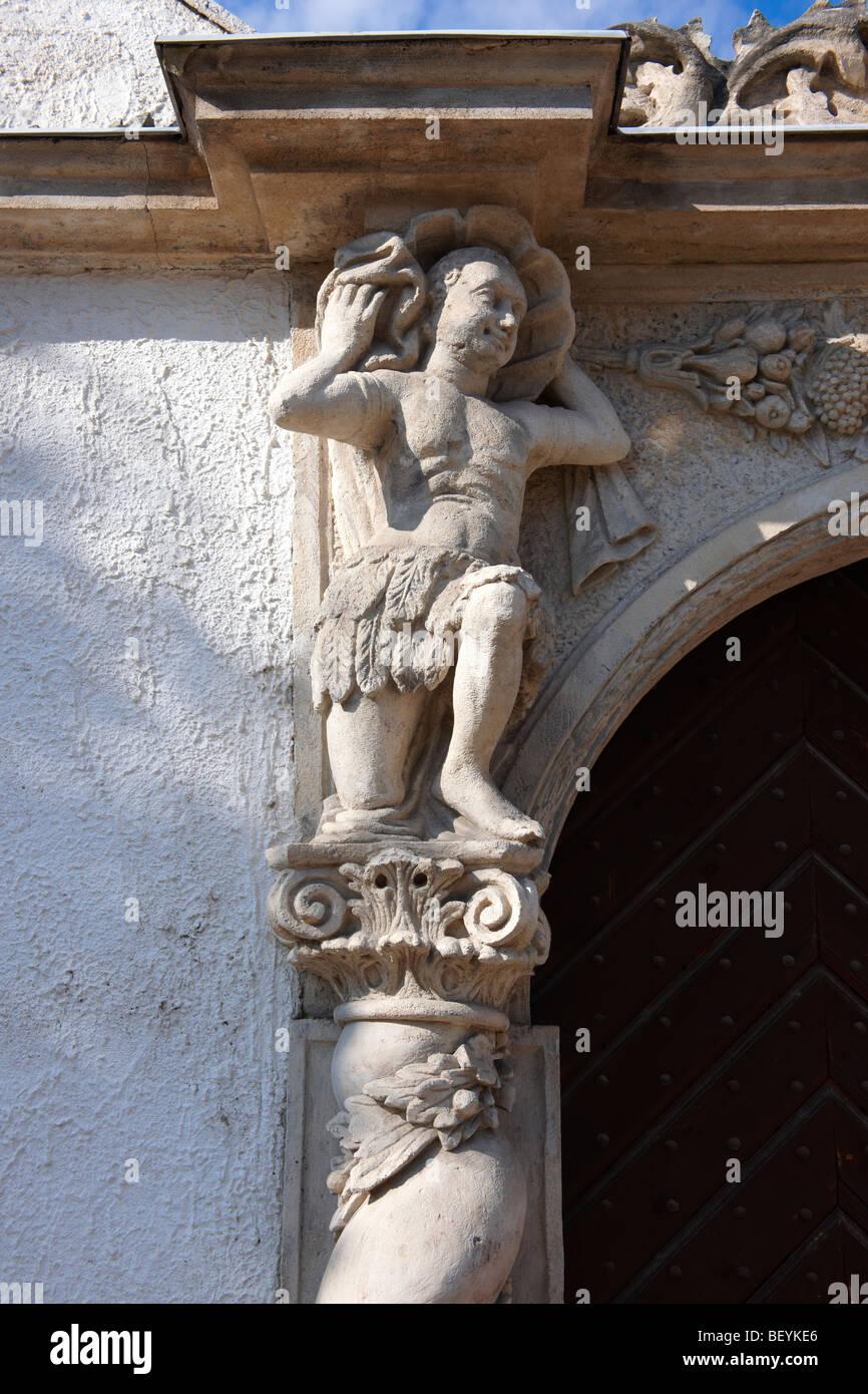 Estatuas de la puerta de la casa de dos moros. Arquitectura barroco rústico - Sopron, Hungría Imagen De Stock