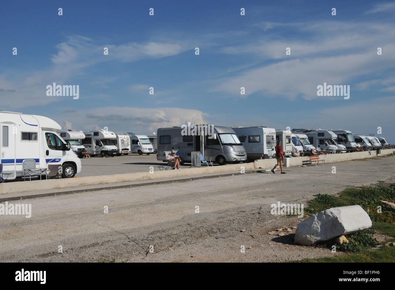 Lejos de todo? Furgonetas herméticamente en el aparcamiento al carro, Bouches-du-Rhône, en el sur de Francia. Imagen De Stock