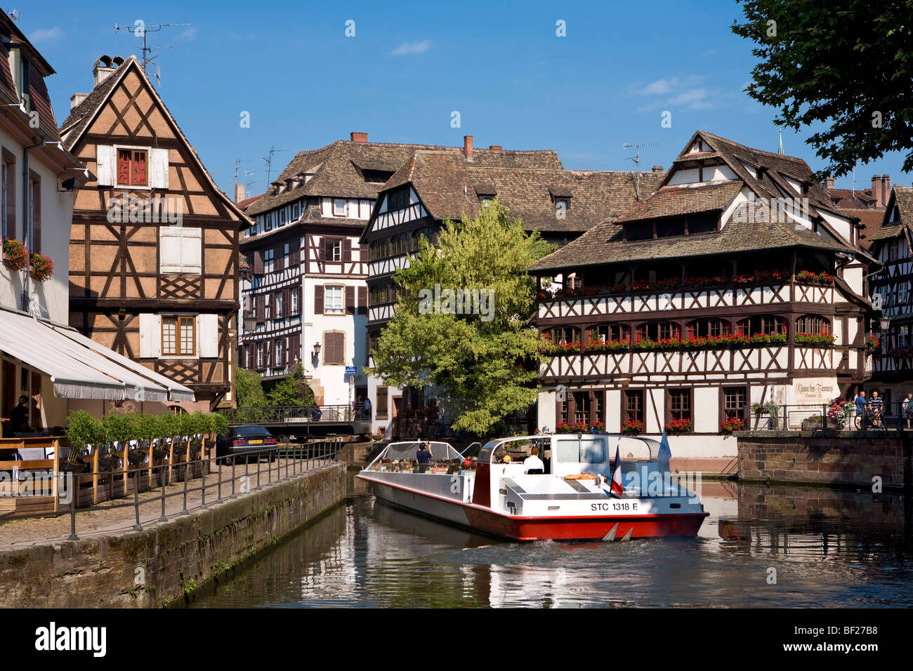 Viaje en barco por el río, el restaurante Maison de Tanneurs, Petite France, Estrasburgo, Alsacia, Francia Foto de stock