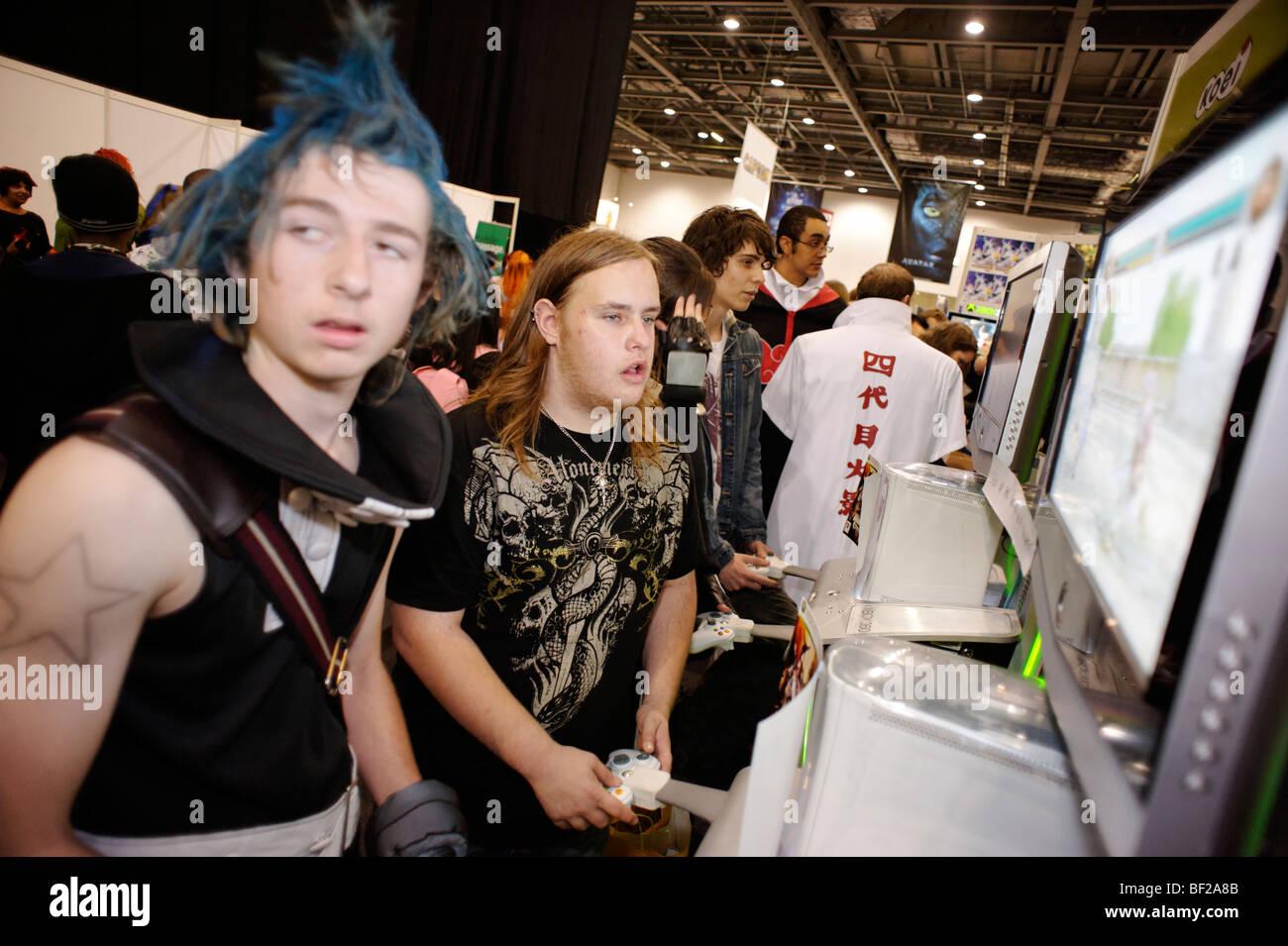 Ventiladores jugando juegos de video en la London MCM expo. Gran Bretaña 2009. Imagen De Stock