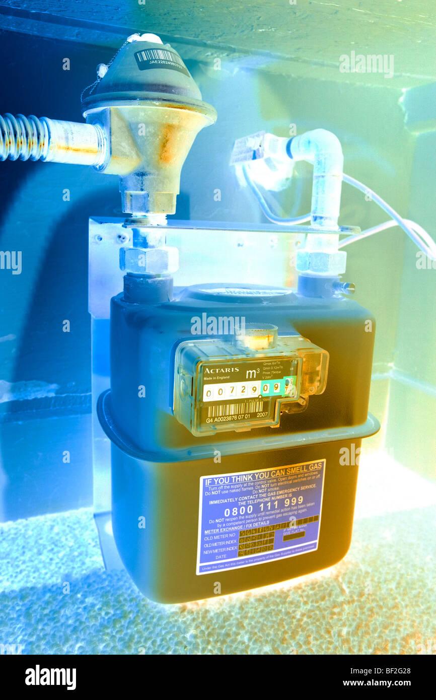 Medidor de gas doméstico inglés cerca de marcar números leyendo medir casa armario plana tubo de Imagen De Stock