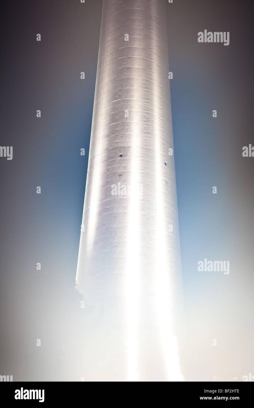 La torre de televisión Fernsehturm de Berlín con misty base y columna Imagen De Stock