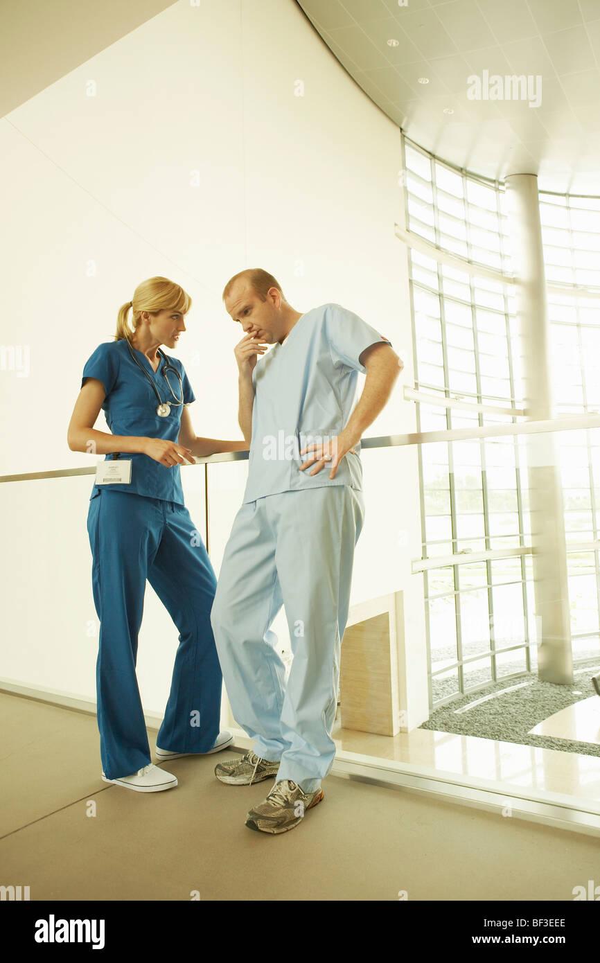 Un médico y una enfermera en el hospital Foto de stock