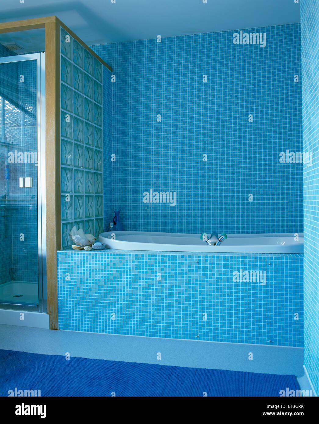 Moderno cuarto de ba o con azulejos de mosaico azul pared de ladrillos de vidrio divisoria de - Azulejos mosaico bano ...