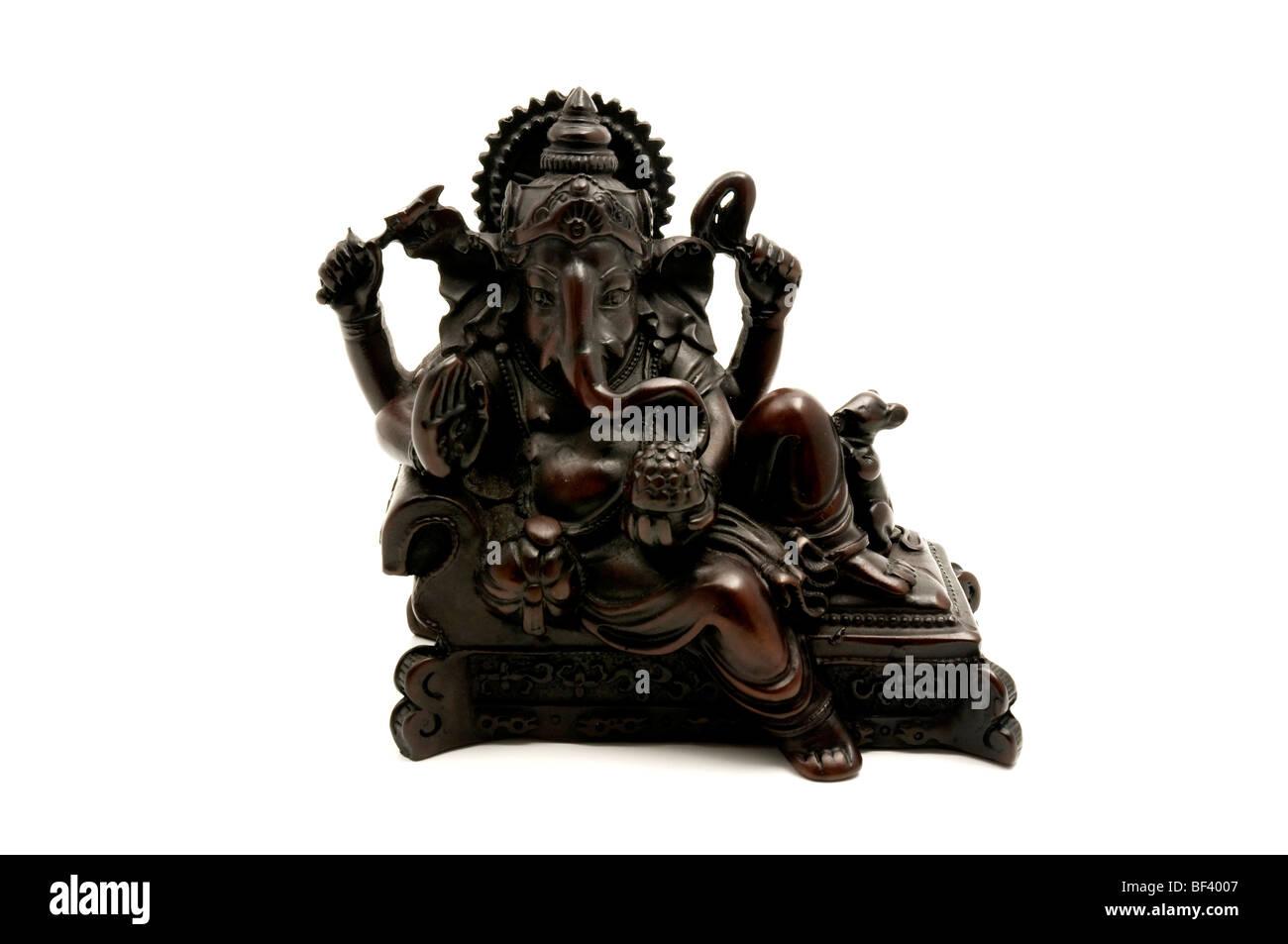 Estatua del dios hinduista Ganesha sobre un fondo blanco. Foto de stock